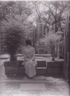 昔、墓場フェチだったころ Kaoru Okumura Butoh 奥村薫・舞踏 note 『ぐれーぶやーど・シリーズ』--初めて写真に撮られる側となって作った作品のお話です。 初Note記事であります。シアトル近郊在住の舞踏家、奥村薫と申します。 COVID-19の米国震源地となっているナーシング・ホームのすぐそばに棲んでいるために、現在は自宅に自己隔離中。パフォーマンスも皆中止となっています。この機会に何か新しいことを始めたく、昔のことなどを、少しずつ綴ってみることに致しました Art Challenge, Challenges, 10 Days, Gallery, Theater, Artwork, Painting, Work Of Art, Roof Rack