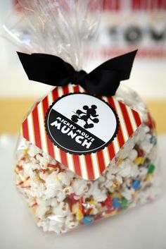 [DISNEY WEEK] Mickey Mouse Munch - free printable tag - white chocolate popcorn----another cute idea for a hand out for the kids. Could fill bags with anything we wanted. Mickey Mouse Treats, Mickey Mouse Party Favors, Mickey Y Minnie, Mickey Mouse Parties, Mickey Party, Elmo Party, Dinosaur Party, Dinosaur Birthday, Mickey Mouse Decorations