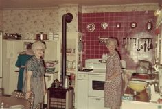 3 Tips On How To Decorate Your Kitchen. Our home kitchen always brings fond memories of our mom's cooking or grandma's desserts. Old Kitchen, Vintage Kitchen, Retro Vintage, Kitchen Decor, Kitchen Ideas, Plywood Furniture, 50s Furniture, Vintage Photographs, Vintage Photos