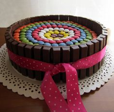 Hoy os traigo la receta de una tarta muy fácil de hacer y que queda impresionantemente vistosa.  En realidad, es como otras tartas con lacas...