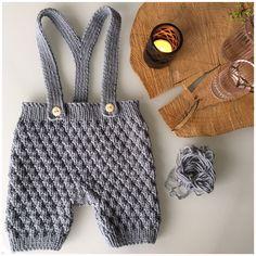 Jeg har strikket et par seleshorts i en fin lysegrå farve. De er til en lille dreng som kommer til verden til sommer. Det er et let og fint lille projekt. Crochet Baby Clothes, Newborn Crochet, Baby Kids Clothes, Baby & Toddler Clothing, Baby Hats Knitting, Knitting For Kids, Baby Knitting Patterns, Knitting Designs, Baby Couture