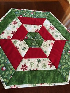 Christmas Red White & Green Quilted Hexagon Table by seaquilt Diy Christmas Quilt, Christmas Sewing, Green Christmas, Christmas Projects, Christmas Patchwork, Xmas, Table Runner And Placemats, Table Runner Pattern, Quilted Table Runners