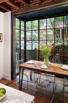 table en bois massif et chaises design transparent, fleurs champêtres sur la table, aménagement salon rectangulaire