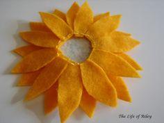 The Life of Riley: Felt Sunflowers Tutorial Felt Flowers, Diy Flowers, Fabric Flowers, Paper Flowers, Felt Diy, Felt Crafts, Fabric Crafts, Felt Ornaments Patterns, Felt Patterns