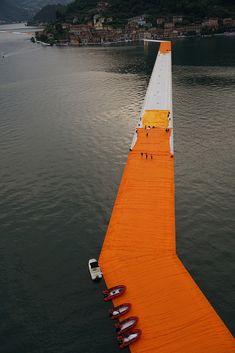 The Floating Piers: Cómo se construyó la última gran obra de Christo y Jeanne-Claude,Junio 2016: Instalación final de los muelles y cobertura con la tela amarilla. Image © Wolfgang Volz