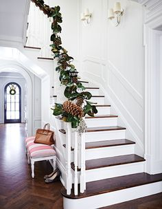 Wanna some inspired indoor Christmas decoration ideas which will turn your home into a fabulous look?You should view our beautiful Christmas decoration ideas in this article. With these indoor Christmas … Noel Christmas, Simple Christmas, Christmas Hallway, Christmas Mood, White Christmas, Christmas Gifts, Magnolia Garland, Magnolia Leaves, Indoor Christmas Decorations