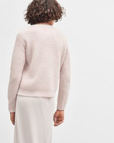 Cosy, super soft pullover in a wool/alpaca blend. The jumper has a rib-knit detail with a subtle slit at the hem. <br> <br> •More sustainable materials <br> •Hip length <br> •Regular fit <br>