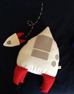 #Almofada #foguete para combinar com #edredom com o tema Sistema Solar. Disponível na Tiny Dreamers http://tinydreamers.iluria.com . #Spaceship #cushion #pillow #solarsystem