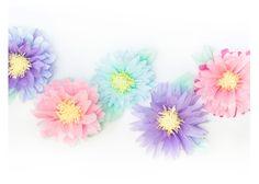 """Si tienes un fondo liso, las """"Flores de Papel Seda"""" son el complemento decorativo ideal para conseguir un """"interés visual"""" porque aportan un toque de..."""