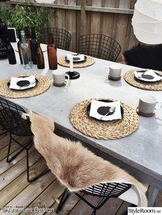 Outdoor Dining, Outdoor Chairs, Outdoor Furniture, Zen House, Dining Room Table Decor, Wooden Decks, Scandinavian Home, Garden Styles, Garden Inspiration