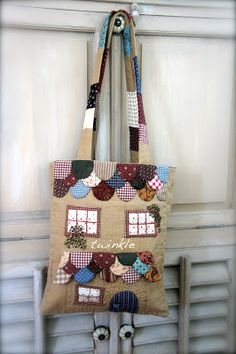 "TWINKLE PATCHWORK: Bolso "" Sewing Dreams "" What a cute bag! Bolsas Jeans, Fabric Houses, House Quilts, Purses And Bags, Patchwork Bags, Quilted Bag, Crochet Bags, Bordados E Cia, Applique Quilts"