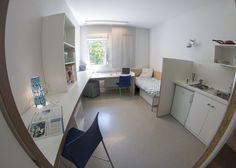 Équipement d'un studio : prise TV/internet, 1 réfrigérateur, lavabo, 1 lit, 1 bureau, 1 chaise/tabouret, 1 placard, sanitaires individuels (douches, wc), coin cuisine individuel. Connexion internet incluse dans le loyer.