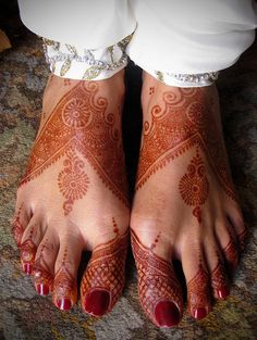 On Explore Dec. 2008 - Thank you all for your input View On Black As you can see, bride's feet too are adorned with ornamental mehndi pattern. Hena Designs, Henna Designs Feet, Simple Mehndi Designs, Mehandi Designs, Easy Mehndi, Mehandi Henna, Mehndi Tattoo, Mehendi, Henna Tattoos