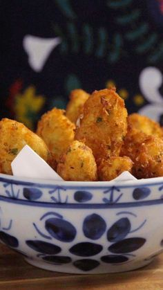Vai receber os amigos em casa? Que tal preparar o tradicional bolinho de bacalhau português?