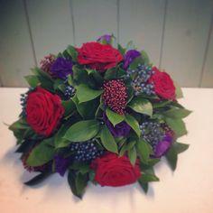 Round posy Gladiolus Arrangements, Table Flower Arrangements, Table Flowers, Table Centerpieces, Flower Ideas, My Flower, Flower Pots, Church Flowers, Funeral Flowers
