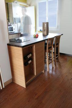 détail porte bouteille Office Desk, Kitchen Island, Furniture, Home Decor, Bottle Holders, Kuchen, Island Kitchen, Desk Office, Decoration Home