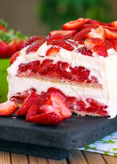 Strawberry Shortcake No-Bake Ice Box Cake - Layer upon layer of cookies, cream and luscious strawberries make up this insanely simple and delicious dessert. Icebox Desserts, Icebox Cake Recipes, No Bake Desserts, Just Desserts, Delicious Desserts, Dessert Recipes, Easter Recipes, Strawberry Icebox Cake, Strawberry Desserts