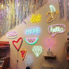 Luminárias Led Neon - Estilo Próprio by Sir Luminárias Led Neon, neon My Cinema Lightbox, Led Neon, Neon Aesthetic, Decoration Originale, Cute Room Decor, Teen Girl Bedrooms, Neon Lighting, New Room, Painting Frames