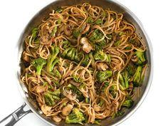 Simple Mushroom Broccoli Stir Fry Noodles Pork Recipes, Vegan Recipes, Delicious Recipes, Vegetarian Chinese Recipes, Mushroom Broccoli, Dinner Side Dishes, Main Dishes, Stir Fry Noodles, Vegane Rezepte