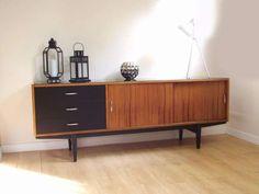 1 690 zł: www.yangstudio.eu  Oferuję na sprzedaż niezwykle designerski sideboard / komodę / szafkę z lat 70-tych ubiegłego wieku.  Komoda z powodzeniem może służyć jako mebel pod RTV, choć doskonale nada si...
