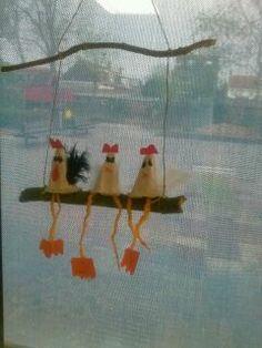 3 kippen op een stok