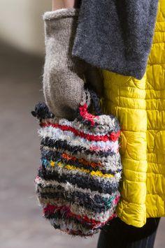 Daniela Gregis at Milan Fashion Week Fall 2017 – Crochet Bag İdeas. Knit Fashion, Fashion Bags, Milan Fashion, Fall Fashion, Diy Crochet And Knitting, Fall Knitting, Yarn Bag, Knitted Bags, Knit Bag