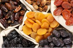 Trockenfrüchte: Getrocknete Aprikosen, Feigen und Datteln