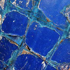 Cobalt Blue Cracked & Rusted, Barn door Peeling paint at Finchale photo by Tina Negus Azul Indigo, Bleu Indigo, Love Blue, Blue Green, Blue And White, Color Blue, Foto Macro, Peeling Paint, Himmelblau