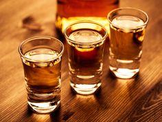 Whisky oder Whiskey – wie schreibt man das nun?  Die Schreibweise war bis Anfang des 20. Jahrhundert einheitlich 'Whisky' in allen Whisky produzierenden Ländern. Dann begannen einige Distillieren in Dublin ihre Produkte 'Whiskey' zu nennen, um sich von ihrer schottischen Konkurrenz abzugrenzen. Generell kann man sagen, dass die Schotten und Kanadier 'Whisky' ohne 'e' schreiben, die Iren und die meisten Amerikaner 'Whiskey' bevorzugen.  #distillerie #schottland #brennerei #monnier #whiskytime