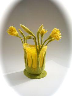 Filzwindlicht mit Blüten und Blatter verziert. Auch als Vase sehr schön. Windlicht ist mit Blüte ca.24cm. hoch und  ca.24cm im Durchmesser. Ich fertige es gerne in Wunschfarbe an.