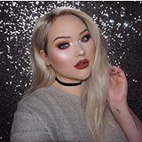 Can we take time to really see the sparkle on @nikkietutorials face?  that highlight tho 😍