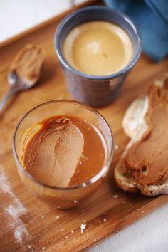 Le chocolat Dulcey maison. Facile à faire et très gourmand. La preuve avec cette pâte à tartiner. Parfaite sur une tranche de pain ou sur des crêpes !