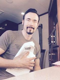 Kevin Durand (The Seer) posing with a season 2 script for Vikings Kevin Durand, Vikings Tv Series, Travis Fimmel, Man Crush, Future Husband, Actors & Actresses, Tv Shows, Celebrities, Scripts
