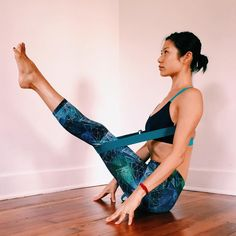 10 yoga poses for weight loss To perform this pose, stand straight with your feet wide apart and hands straight parallel to the ground. Now bend on your left side and try to touch your left foot with your left Fitness Workouts, Yoga Fitness, Yin Yoga, Yoga Meditation, Yoga Stretching, Photo Yoga, Yoga Gurt, Yoga World, Yoga Props