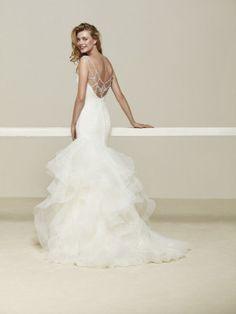 Brautkleid mit Volants und Schmucksteinverzierung