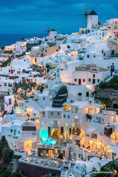Discover the best things to do in Santorini, Greece. From amazing sunsets to catamaran riding, you'll find what you are dreaming about. photo travel Best things to do in Santorini Vacation Places, Dream Vacations, Vacation Spots, Vacation Packages, Santorini Travel, Greece Travel, Oia Santorini, Santorini Island Greece, Greece Islands