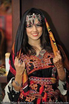 la 11 eme édition du concours de Miss Kabylie 2016 Tartag Tinhinane, Agée d'a peine 18 ans, cette étudiante résidente à Alger est originaire d'Azzefoun (Tizi Ouzou )est élueMiss Kabylie 2016 hier lors d'un concours organisé dans le cadre de la célébration du nouvel an AmazighYennayer au théâtre régional Kateb-Yacine de Tizi Ouzou.  En …