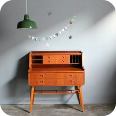 This type of two tiered desk could work with a tabletop card catalogue for seating arrangements listed alphabetically. The lower desk is for the guest book. The top tier needs a retro lamp in bright yellow and the bridesmaids can put their bouquets up there. Gifts go in the drawer and on the floor underneath.
