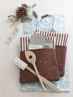 ポケット付きの鍋つかみはスパイスや小さな調理グッズを入れてプレゼント。/プレゼントにもおすすめのかわいさ 鍋敷きと鍋つかみ(「はんど&はあと」2011年11月号)