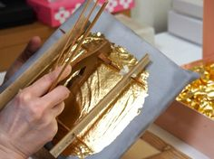 Kanazawa gold leaf: see how it's made with The Art of Travel! Oriental Style, Oriental Fashion, Kanazawa, Gold Leaf, Japanese Art, Printmaking, Asian Beauty, Contemporary Art, Copper