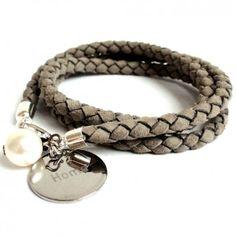 Das edle Lederarmband in Taupe vom angesagten Label Diamonds & Jewels ist aus sehr edlem, geflochtenen Veloursleder gefertigt. Highlight ist der Gravuranhänger aus Edelstahl, der es dir ermöglicht ein komplett personalisiertes Armband zu gestalten.