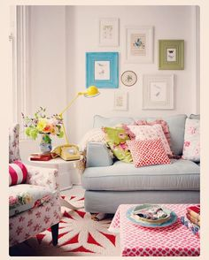 """""""Mixing patterns is so much fun!! This living room is absolutely adorable. ❤️ #interiors #patterns #mixingpatterns #design #throwpillows #livingroom…"""""""