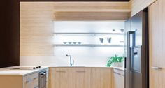 Viu como fica linda, também na cozinha, a nossa Prateleira Iluminada Externa? Em alumínio e vidro translúcido, na versão acidato, essas prateleiras possuem iluminação interna em LED.
