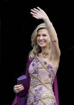 Queen Maxima and King Willem Alexander greet guests as they arrive at the Royal Palace of Amsterdam Princesa Real, Style Royal, Royal Queen, Evening Dresses, Formal Dresses, Queen Maxima, Royal Fashion, Colorful Fashion, Work Fashion
