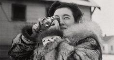 """Ruth Gubber: periodista , escritora, fotógrafa, oficial del gobierno para temas humanitarios, fue la primera fotoperiodista en viajar y cubrir el Ártico Soviético y el Gulag siberiano. Documentó a los supervivientes del Holocausto y la difícil situación de la nave de los refugiados de """"Exodus """" en 1947. Aquí se la ve en Alaska con su Leica de 1942 ."""