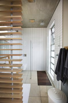 This is a small en-suite bathroom space with a view of the landscape while showering Glass Structure, Mid-century Modern, Contemporary, Beautiful Space, Kids Bedroom, Modern Architecture, Bedrooms, Spaces, Lights