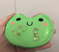 Handmade frog jewelry tray Diy Clay, Clay Crafts, Diy And Crafts, Arts And Crafts, Ceramic Pottery, Pottery Art, Ceramic Art, Jewelry Tray, Clay Jewelry