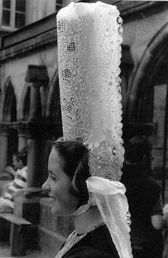 """La grande coiffe bigouden - Cette célèbre coiffe haute de 33 cm était au 19e siècle toute petite et ne dépassait pas 5 cm ! Au sommet de celle-ci se touve un large ourlet qui donne la forme arrondie, c'est le """"bigouden"""" -"""