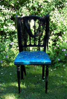 Une petite chaise turquoise