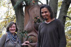 Karsten Behr erläutert einer Besucherin das Kunstprojekt